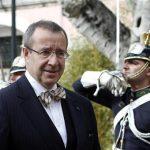Estonia's President Toomas Hendrik Ilves reviews the honor guards at Belem Palace in Lisbon December 16, 2011. REUTERS/Hugo Correia