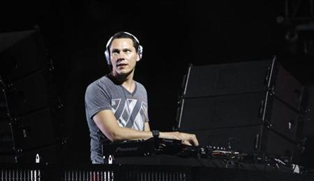 "Musician ""Tiesto"" performs at the Coachella Music Festival in Indio, California April 17, 2010. REUTERS/Mario Anzuoni"
