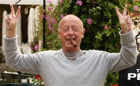 """Director Tony Scott poses during a photocall in Paris in this July 20, 2009 file photo. Hollywood filmmaker Scott, director of such big-screen action hits as """"Top Gun"""" and """"Crimson Tide,"""" jumped to his death on August 19, 2012 from a bridge over Los Angeles Harbor, the Los Angeles County Coroner's Office said. REUTERS/Benoit Tessier/Files"""