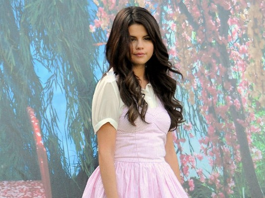 Pretty In Pink! Selena Gomez Cute In Candy Stripper Outfit On Movie Set