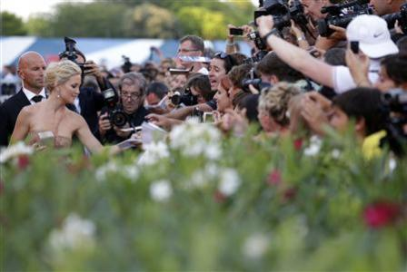 """U.S. actress Kate Hudson signs autographs as she arrives for the red carpet of the movie """"The Reluctant Fundamentalist"""" at the 69th Venice Film Festival August 29, 2012. REUTERS/Max Rossi"""