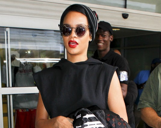 Rihanna Demands 'Free Nuts' After Mid-Air Photoshoot With Cabin Crew!