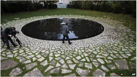 Merkel unveils Roma Holocaust memorial in Berlin