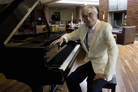 Dave Brubeck sits next to a piano in Monterey, California, September 22, 2007. REUTERS/Kimberly White (UNITED STATES)
