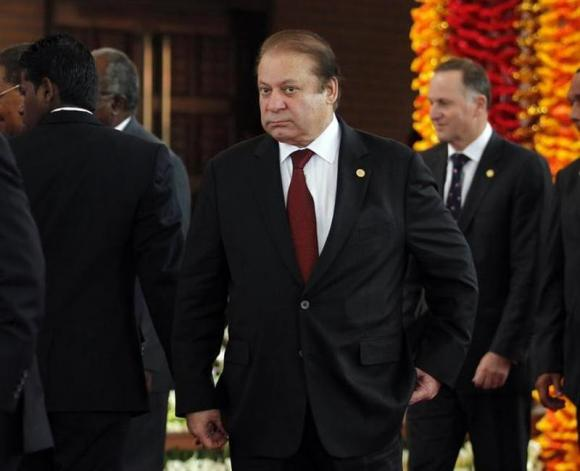 Pakistan's PM Sharif arrives for official photograph of Commonwealth heads of states during the CHOGM opening ceremony in Colombo