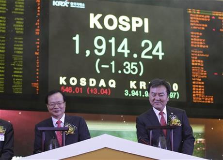 Korea Exchange Chairman Choi Kyung-soo, left